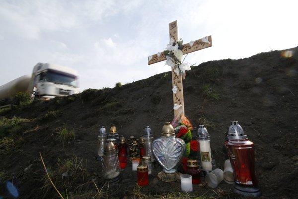 Osem obetí dopravnej nehody už pripomína kríž.