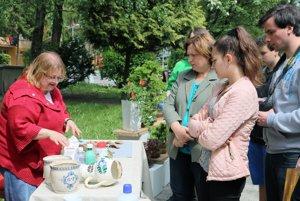 Soňa Beláková vysvetľuje ako obnoviť keramiku.