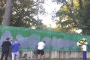 Mladíci museli plot nanovo natrieť.