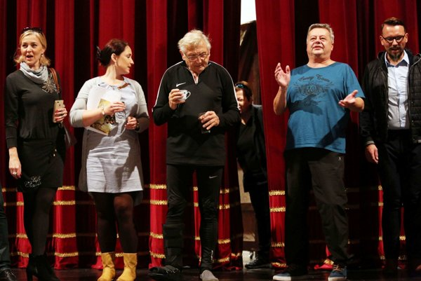 So sólistami a členmi realizačného tímu. Podľa J. Menzla sú ľudia z divadla úžasní.