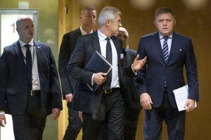 Slovenský premiér Robert Fico (vpravo) prichádza na stretnutie s lídrami krajín Vyšehradskej štvorky (V4) v sídle Európskej únie.