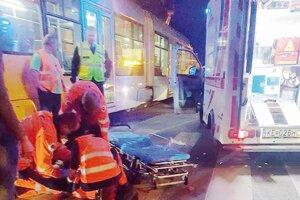 V opatere záchranárov. Chodkyňa utrpela pri strete s električkou ťažké zranenia.