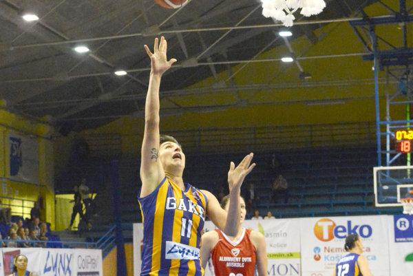 Trikrát sa trafila spoza trojkového oblúka. R. Stehlíková (vľavo) zaznamenala 14 bodov.