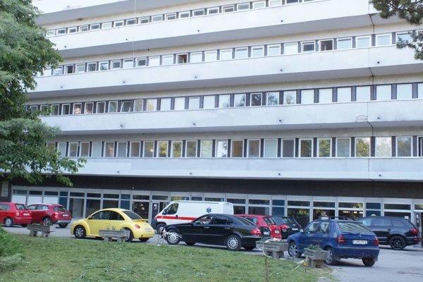 Trebišovská nemocnica. Postrelená žena tu porodila.