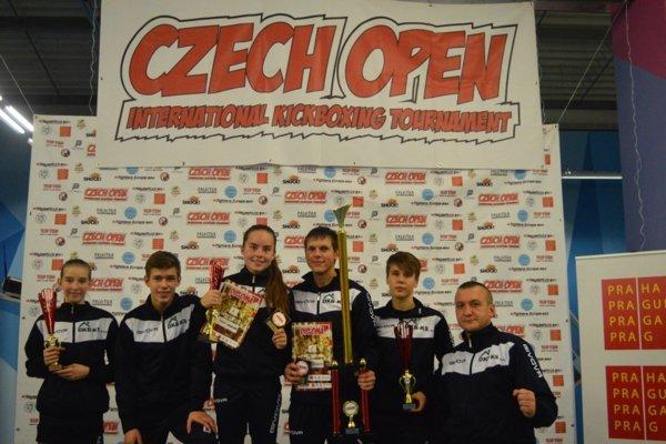 Michalovskí kickboxeri strofejami, vpravo tréner Takáč.