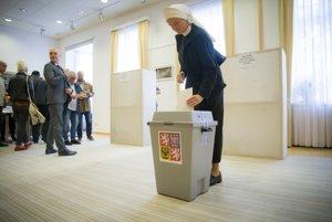 Rehoľná sestra hádže svoj hlas do volebnej urny v priestoroch Veľyslanectva Českej republiky na Slovensku