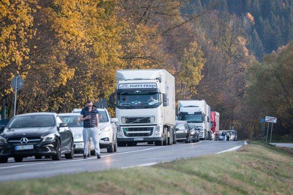 Protest nespokojných obyvateľov dolného Liptova na ceste v obci Likavka (okres Ružomberok) v smere na Dolný Kubín.