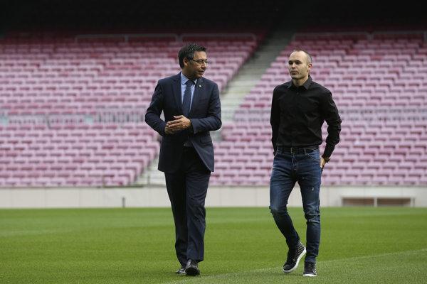 Josep Maria Bartomeu (vľavo) s bývalým hráčom Barcelony Andresom Iniestom.