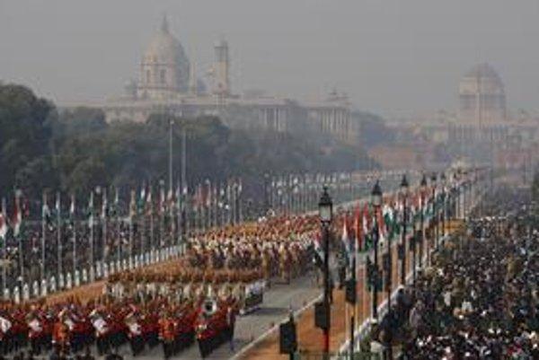 Indickí vojaci pochodujú na vojenskej prehliadke počas osláv Dňa republiky v Naí Dillí.