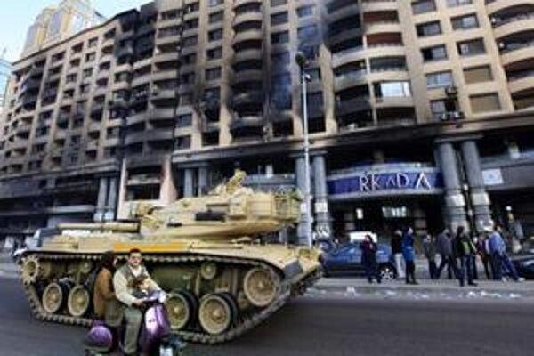 Mladí demonštranti sa odvážili s transparentmi vyliezť aj na jeden z tankov v uliciach.