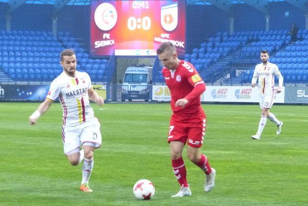 Denis Duga (v červenom) v súboji s Dominikom Kuncom v zápase 13. kola Fortuna ligy FK Senica - MFK Ružomberok.