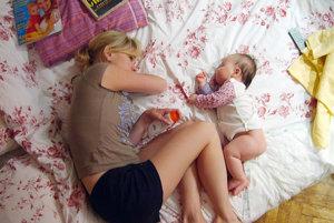 """""""Biomatkám"""" sa vyčíta napríklad aj to, že s deťmi spia v jednej posteli."""