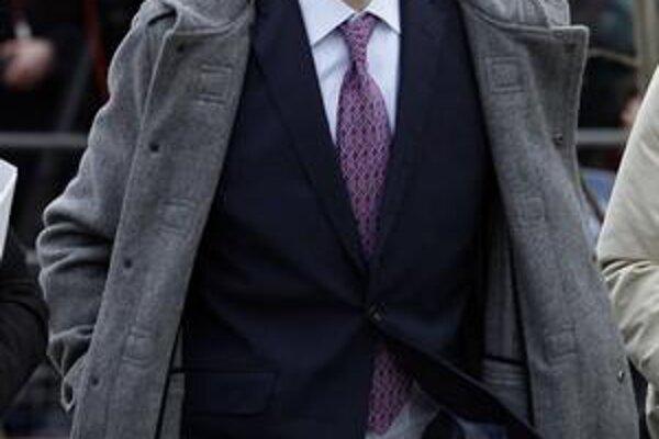 Assange na súd prišiel z anglického vidieka. Nemôže opustiť štát, sledujú ho cez elektronický náramok.