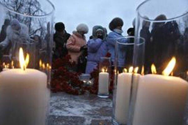 Rusi spomínajú na obete teroristického útoku.