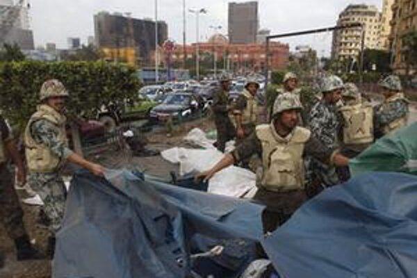 Armáda balí stany po demonštrantoch na námestí Tahrír.