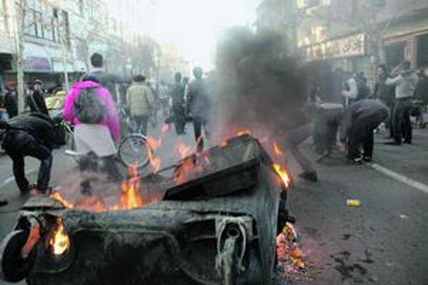 Iránci pri protestoch zapálili aj smetný kôš.