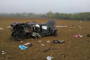 Vodič Toyoty skončil v poli.