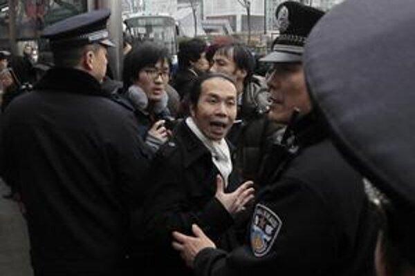 Čínskych demonštrantov prečíslili policajti.