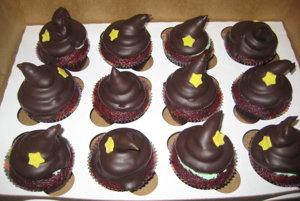 Aj muffiny môžu byť nápadité, napríklad ako čarodejnícke klobúky.