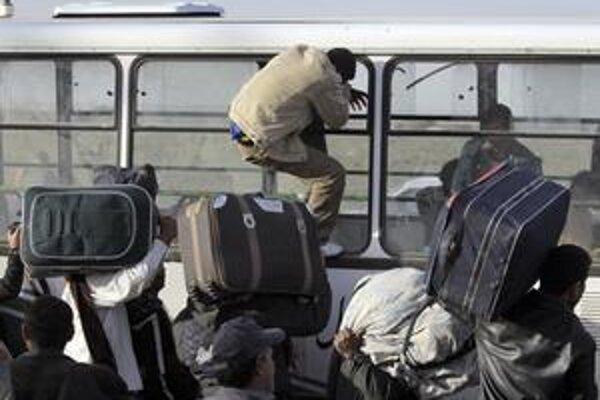 Z Líbye utekajú desaťtisíce ľudí, najmä Tunisanov a Egypťanov.