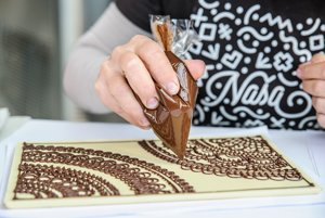 Zdobenie čokolády počas podujatia Sladký festival - čokoláda, káva a sladké dobroty.
