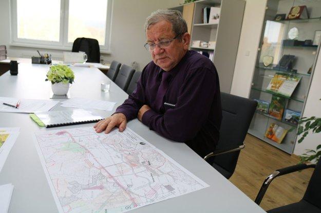 Starosta Nitrice Miroslav Beňadik. Na mape má vyznačené miesta smrteľných nehôd. Najviac rizikové sú odbočky do obce.