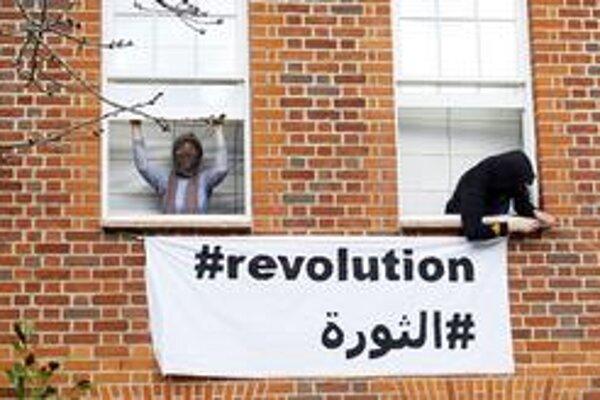 V Londýne obsadili squateri dom syna líbyjského vodcu Kaddáfího Sajfa na protest proti útokom na vzbúrencov.