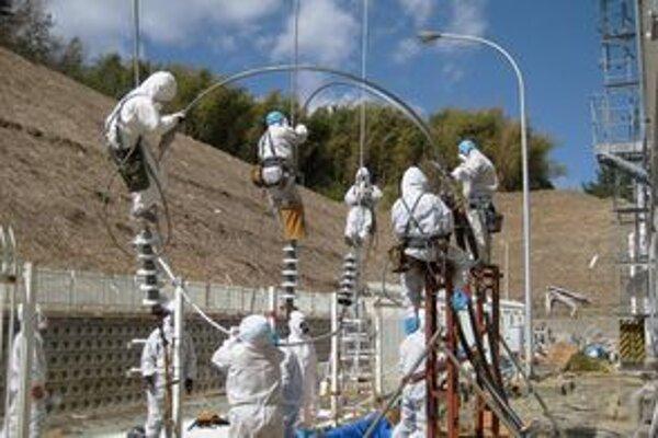 Pracovníci v elektrárni Fukišima.