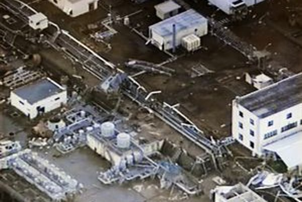 Zničená elektráreň po vlne cunami.