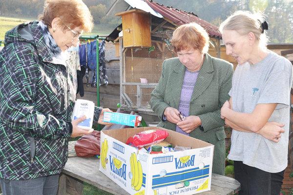 Potraviny potešili rodinu pani Márie (vpravo).