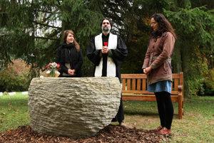 V Británii majú vyše 250 prírodných cintorínov. Od októbra tohto roka už máme prvý aj na Slovensku, vo Zvolene. Jeho spoluzakladateľka Monika Suchánska (vľavo) hovorí, že záujem prejavili aj Prešov či Nové Zámky.