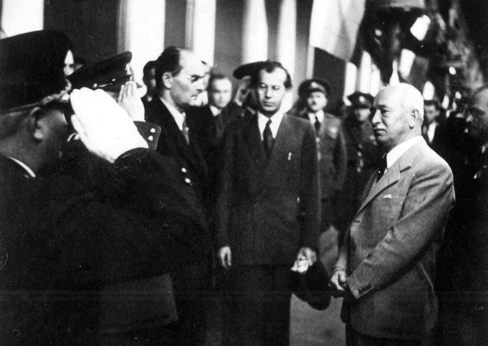 27. september 1946: rozlúčka s prezidentom Edvardom Benešom na Bratislavskej stanici pri odchode zo Slovenska. Zľava : Karol Šmidke, Gustáv Husák, Eduard Beneš pri hraní štátnej hymny.
