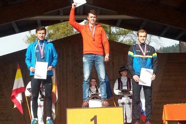 Vľavo Miroslav Borovka, strieborný medzi stredoškolákmi.