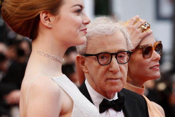 Woody Allen. V popredí Emma Stone, ktorá hrala v jeho filme Irrational Man.
