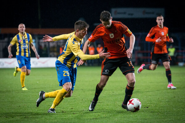 Michal Jonec v drese MFK Ružomberok bojuje o loptu. FOTO: SITA