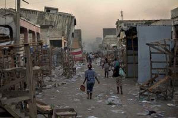 Rok po zemetrasení vyzerá hlavné mesto takmer rovnako ako hneď po katastrofe.