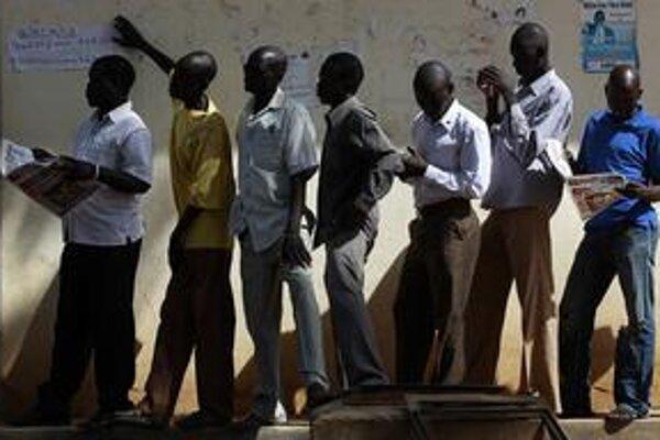 Muži v meste Džuba čakajú v rade, aby mohli hlasovať v referende.