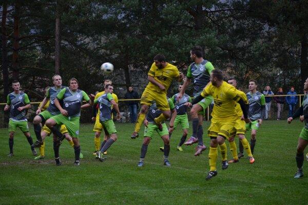 Obrana Krh. Podhradia vdruhom polčase úspešne odolala tlaku futbalistov Kalše.