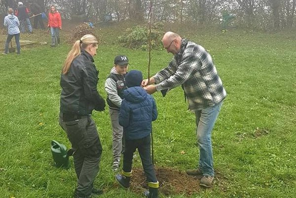 Dobrovoľníci našli pozemok, kam sa zmestí desať orechov.