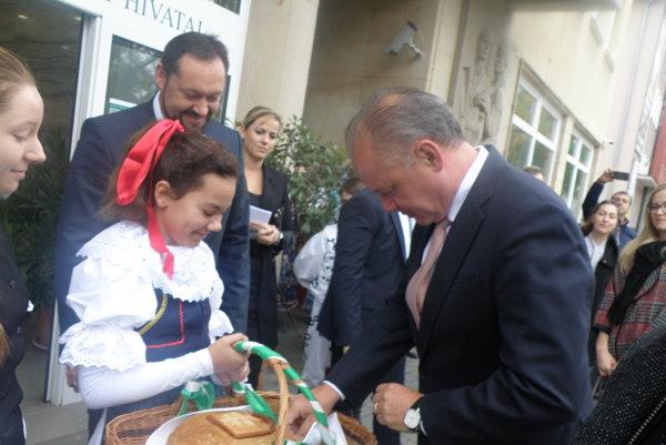Prezidenta Slovenskej republiky privítali v Nových Zámkoch chlebom a soľou.