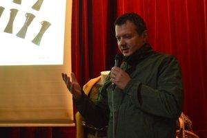 Archeológ Martin Kvietok vysvetľuje význam tejto archeologickej lokality.