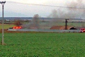 Plamene šľahali, do okolia sa valil hustý čierny dym.