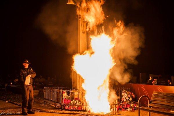 Požiar pred hlavným krížom zlikvidovali mestskí policajti