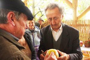 Veľa ľudí na podujatí chcelo identifikovať staré odrody. Profesor Ivan Hričovský poradil ochotne. Hovorí, že je dôležité zachovávať staré odrody.