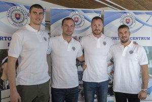 Na snímke slovenskí reprezentanti v K4 zľava Tibor Linka, Juraj Tarr, Erik Vlček a tréner Peter Likér počas tlačovej konferencie.
