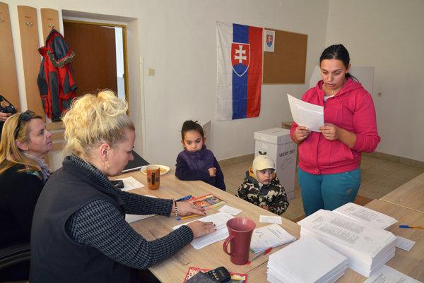 Obyvateľka Lomničky (vpravo) počas volebného aktu.
