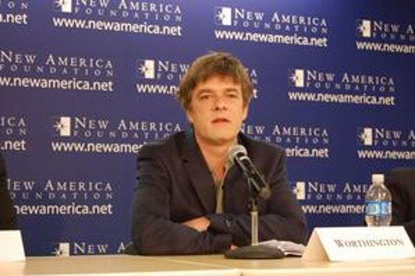 Andy Worthington je britský novinár na voľnej nohe, bloger ahistorik. Štyri roky študuje prípady ľudí zadržaných na Guantáname, stretol sa s mnohými britskými prepustenými väzňami, v kontakte je s niektorými ďalšími. Napísal knihu Záznamy z Guantán