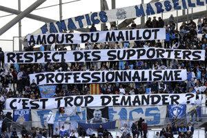 """""""Láska k dresu, rešpekt k fanúšikom, profesionalizmus - je toho tak veľa?"""" odkázali fanúšikovia Evrovi."""