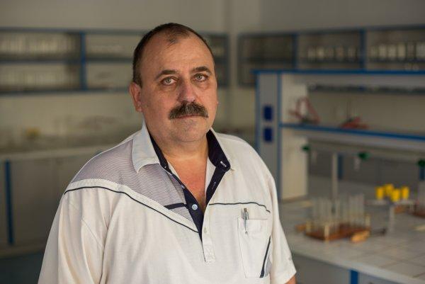 Učiteľ chémie Miroslav Kozák.
