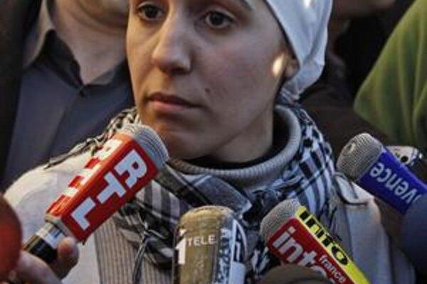 Francúzsko ovládla téma islamu. Okrem debaty o identite či zákaze buriek sa spomína aj v súvislosti s marcovými regionálnymi voľbami. Pobúrenie vyvolala členka Novej antikapitalistickej strany Ilham Moussaidová, ktorá kandiduje v šatke.